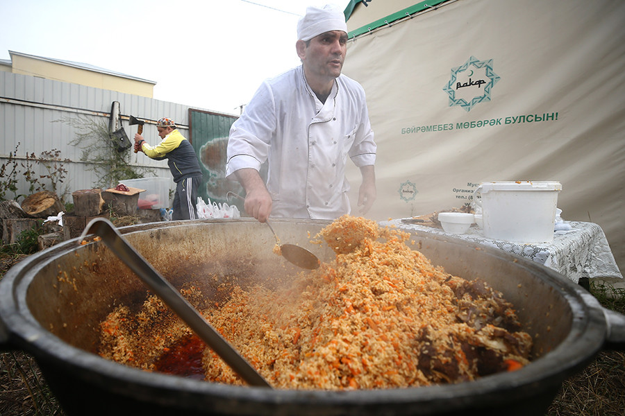 Perayaan Idul Adha di Rusia identik dengan memasak plov, yaitu semacam nasi goreng kambing.