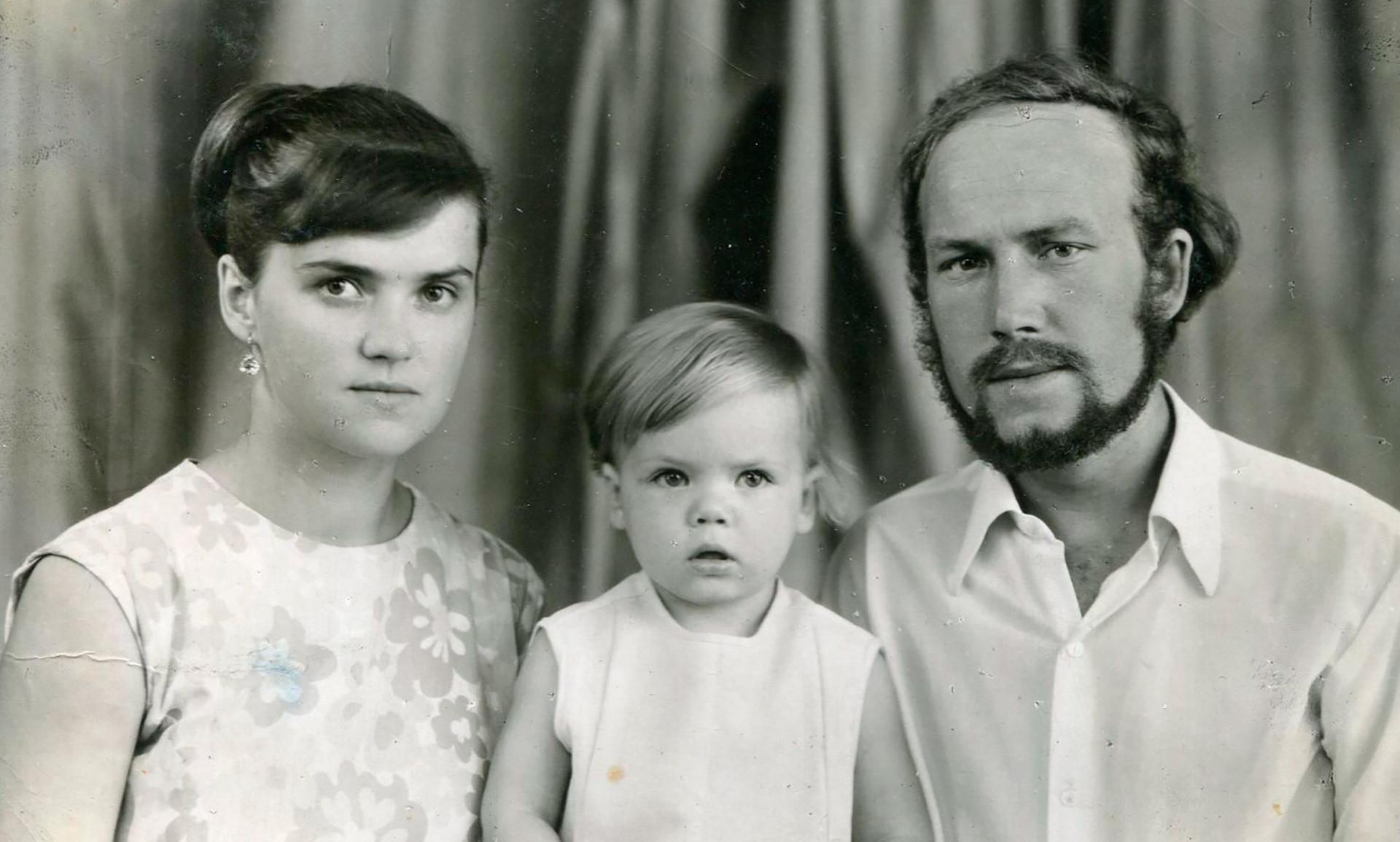 Tatiana, Mikhaíl e sua filha biológica Anna, em 1972.