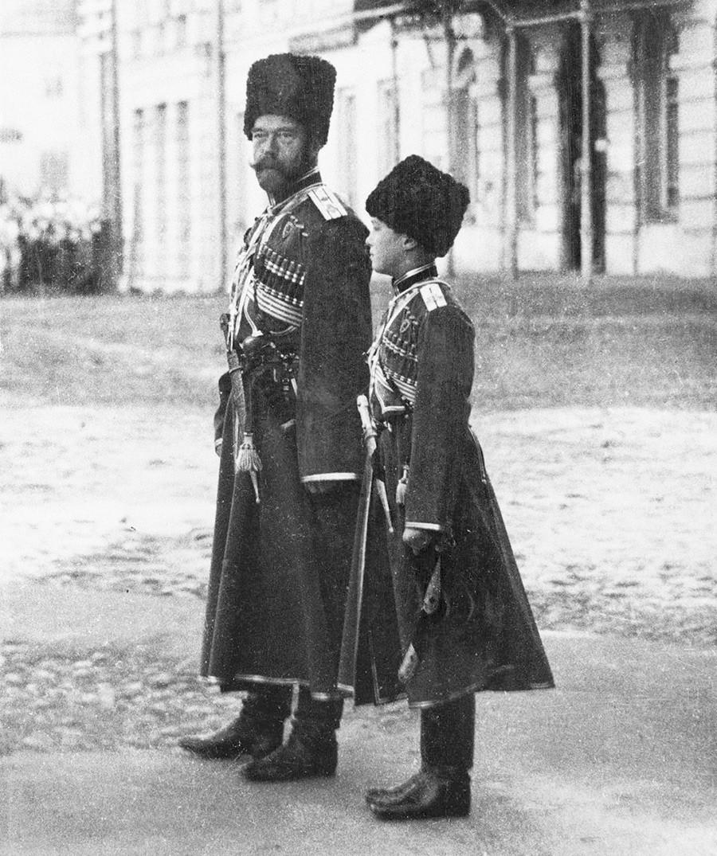 Nikolaj II. in Aleksej v kozaških uniformah na vojaški paradi leta 1916.