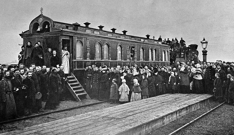 Ein Geistlicher im Dienst in der Nähe eines Eisenbahnkapellenautos auf der Westsibirischen Eisenbahn, 1898