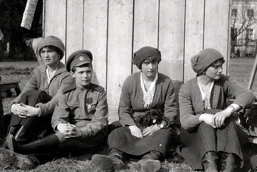 アレクサンドラ・フョードロヴナとニコライ2世の子供たち。皇子女オリガ、アナスタシア、タチアナとアレクセイ皇太子。アレクサンドロフスキー公園、ツァールスコエ・セローにて。1917 年5月。