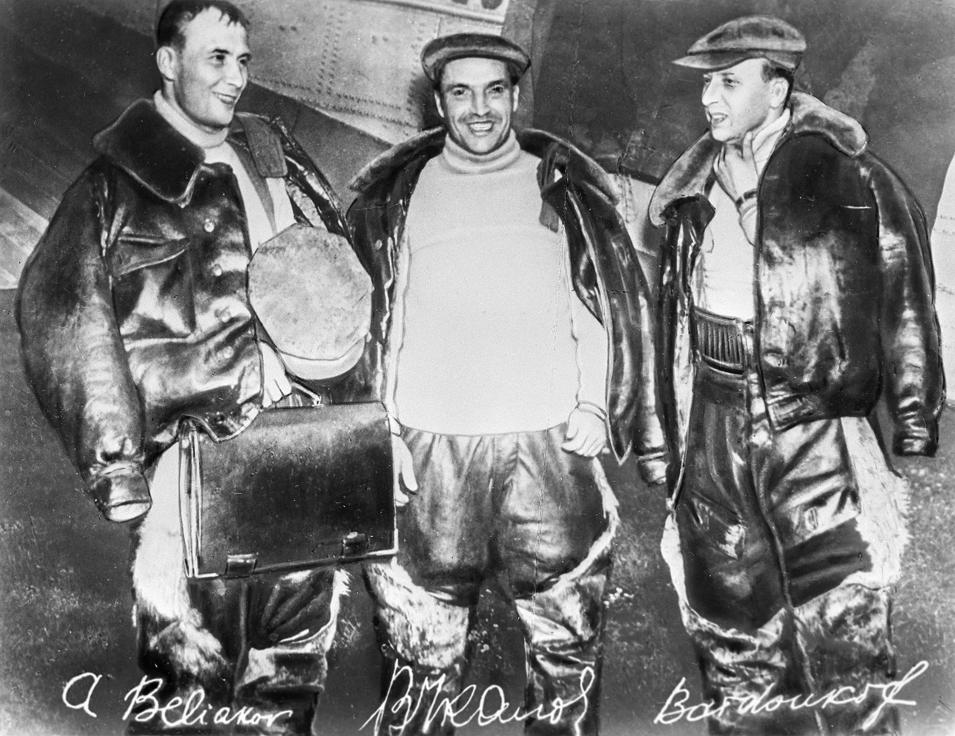 モスクワー北極ーバンクーバ(ワシントン州、米国)という記録的な飛行を行ったソ連邦英雄、アレクサンドル・べリャコフ、ヴァレリー・チカロフ、ゲオルギー・バイドゥコフ。