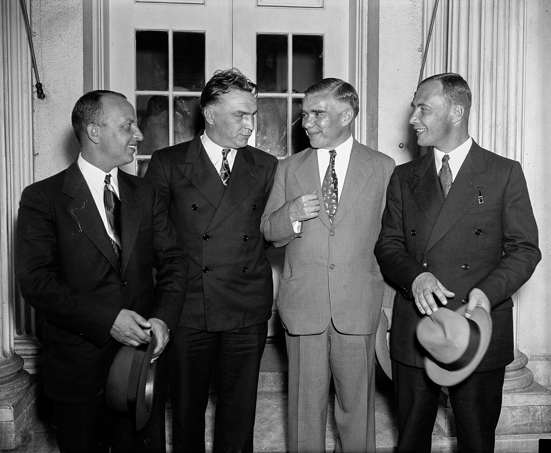 フランクリン・D・ルーズベルト大統領に迎えられたゲオルギー・バイドゥコフ、ヴァレリー・チカロフ、在米国ソ連大使、アレクサンドル・べリャコフ(左から右)がホワイトハウスを去る。