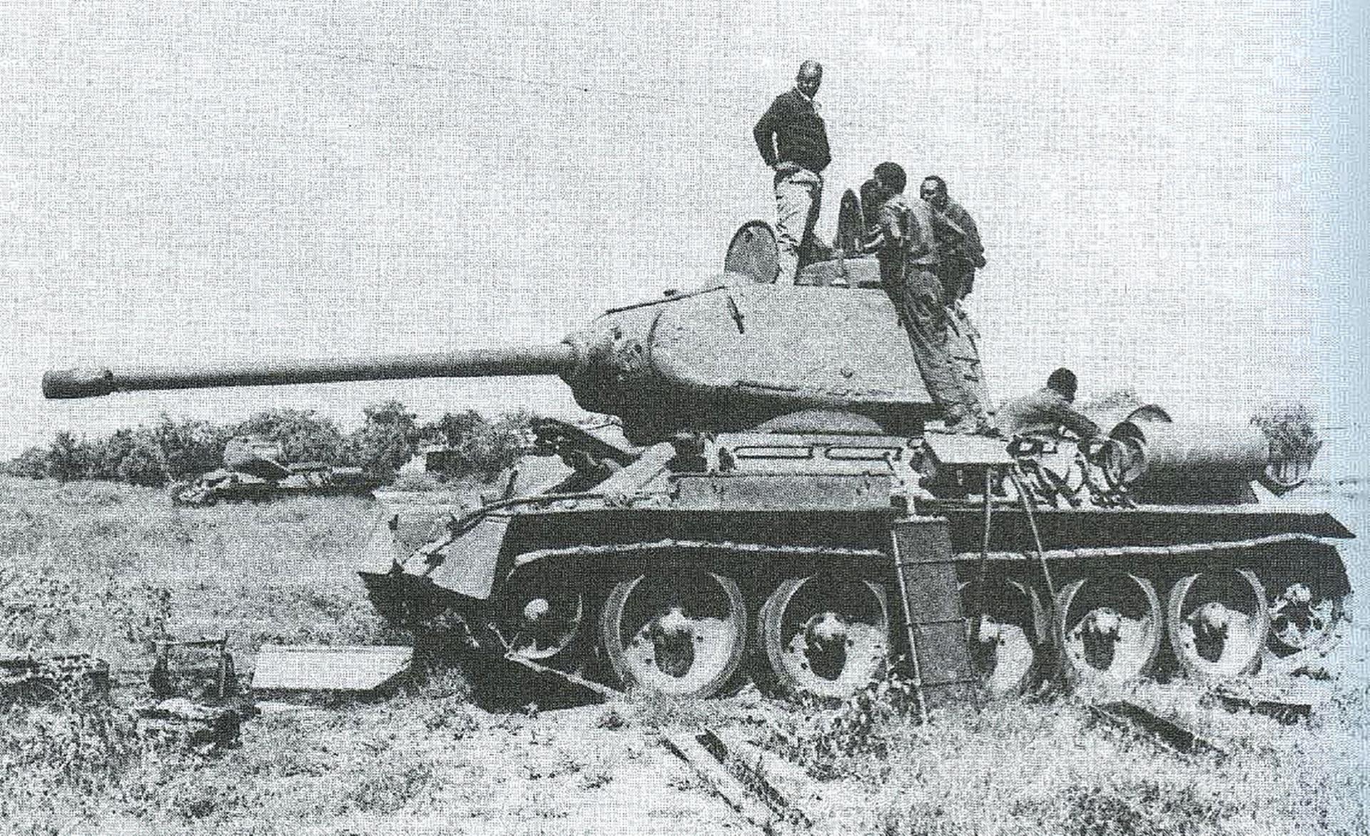 Močno poškodovan tank T-34 somalijske ljudske vojske med popravili