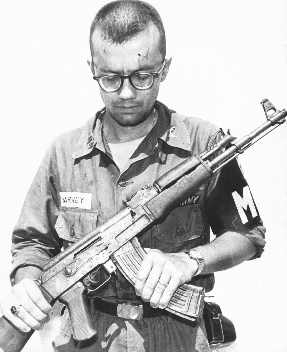 Capitán Michael Harvey, del Ejército de EE UU, inspecciona un AK-47. Vietnam, 1968.