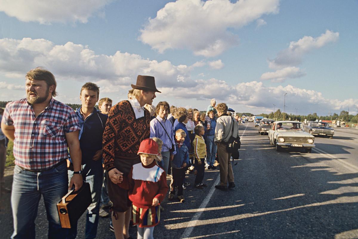 Manifestantes próximo à cidade de Rapla, na República Socialista Soviética da Estônia.