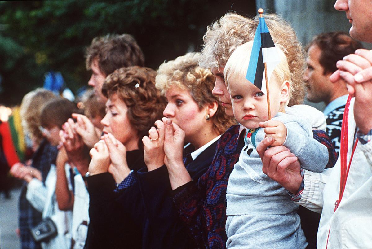Residentes de Tallin, hoje, capital da Estônia, durante a manifestação.