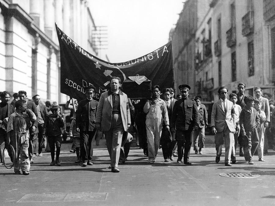 暗殺されたキューバの革命家フリオ・アントニオ・メラの葬式の行列を連れているディエゴ・リベラ。1月1929年。