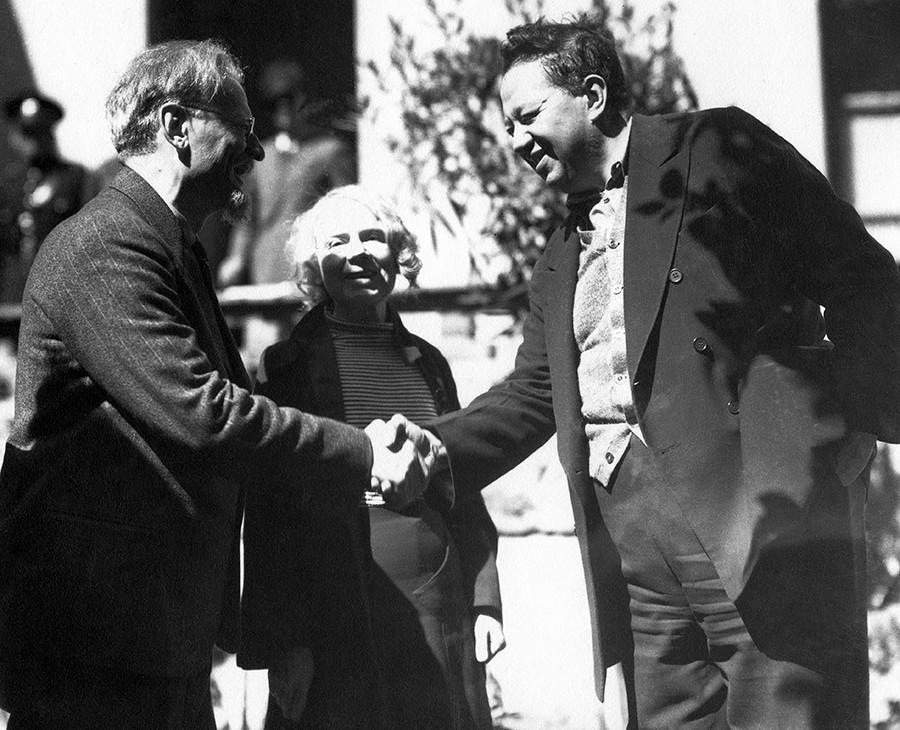 メキシコシティでディエゴ・リベラ (1886 - 1957) に合うレフ・トロツキー(1879 - 1940) と妻のナタリヤ・セドワ (1882 - 1962) 。1937年1月9日。