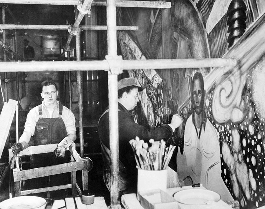 ヒュー・カリーと壁画を描いているディエゴ・リベラ