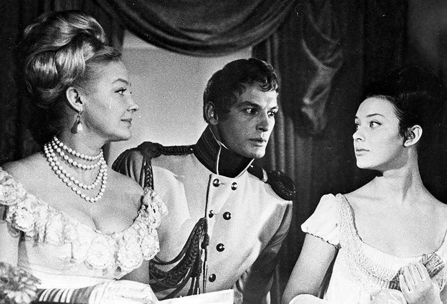 Irina Skobceva (levo) v vlogi Ellen, Vasilij Lanovoj (v sredini) v vlogi Anatolija Kuragina in Ljudmila Saveljeva (desno) v vlogi Nataše Rostove; prizor iz filma Vojna in mir