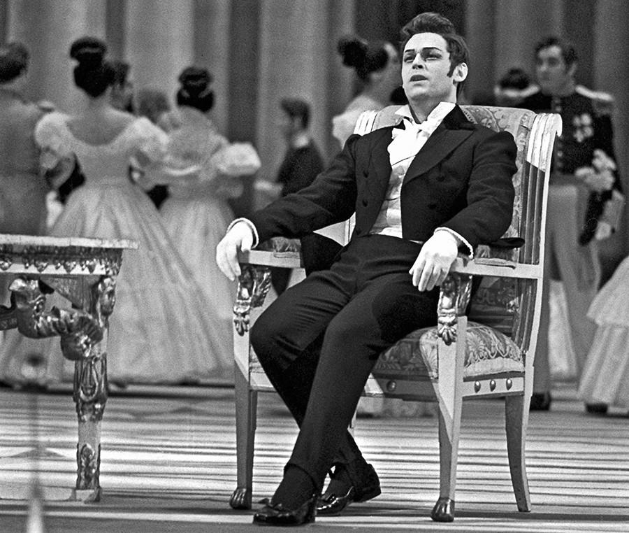 ソ連の国立アカデミー・ボリショイ劇場のオペラ「エフゲニー・オネーギン」に演じるエフゲニー・キブカロ。