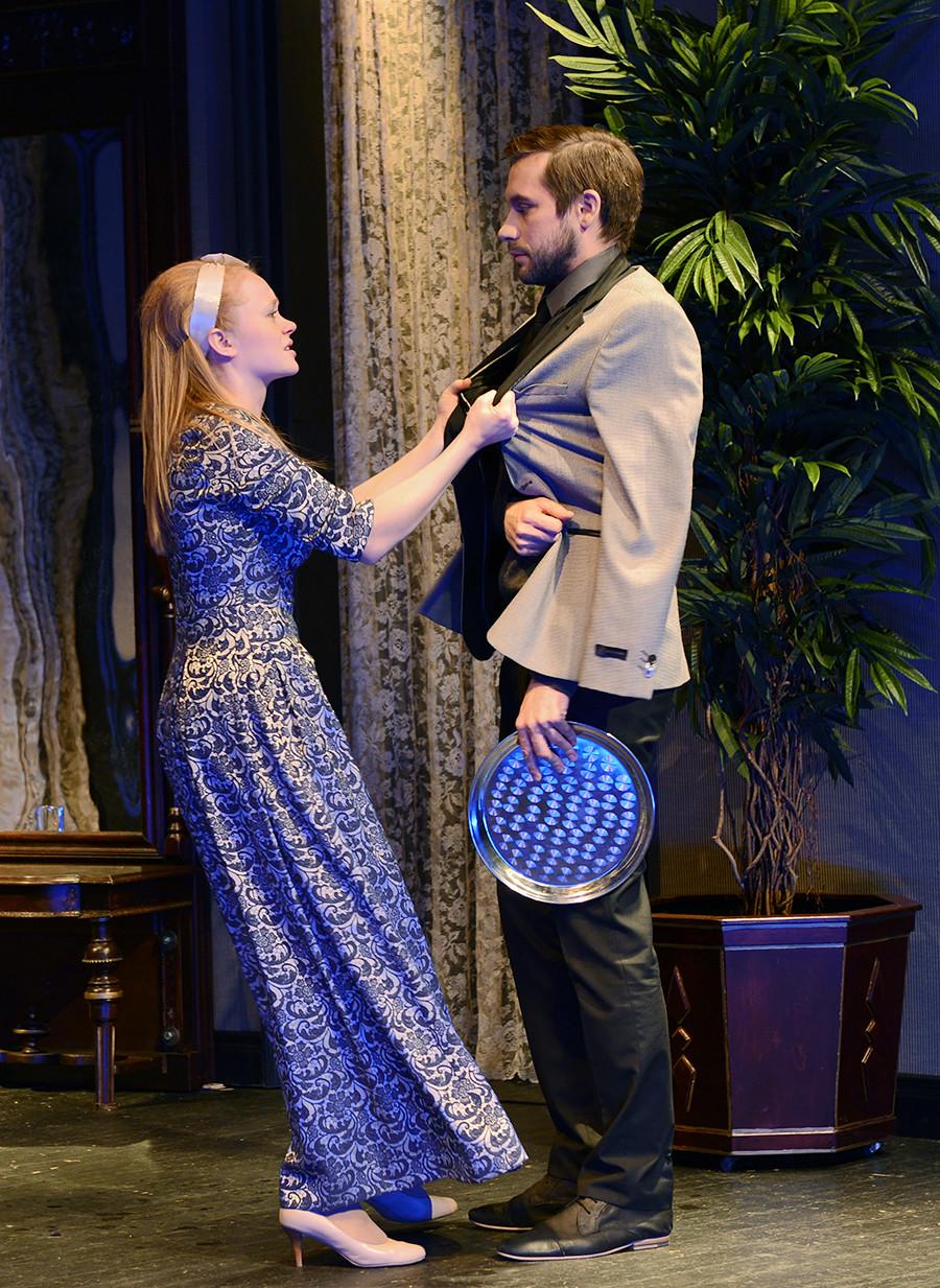 モスクワのモソヴェット・シアターでの劇『知恵の悲しみ』に演じるアレクサンドラ・クゼンキナ(ソフィア役)とウラジーミル・プロコーシン(モルチャリン役)。