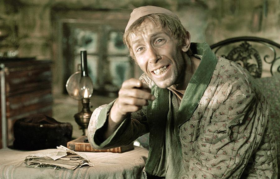 スメルジャコフ役を演じるワレンチン・ニクーリン。映画「カラマーゾフの兄弟」