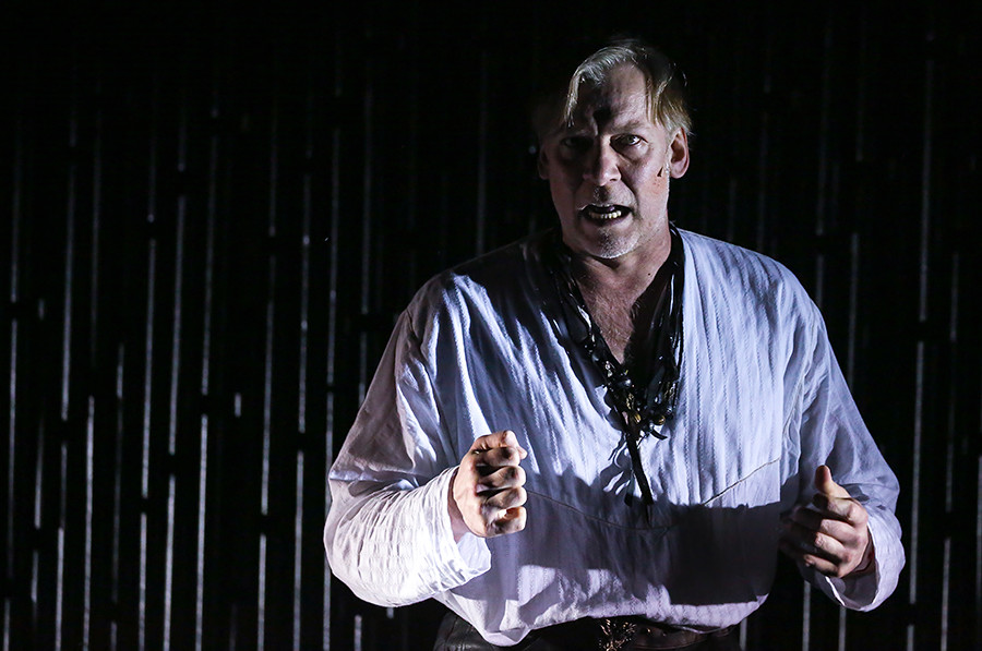 ウラジーミル・ソローキンの『親衛隊士の日』に基づいた劇。ヴィクトル・ラコフ(コミャガ役)。 マルク・ザハーロオフ監督、レンコム劇場。
