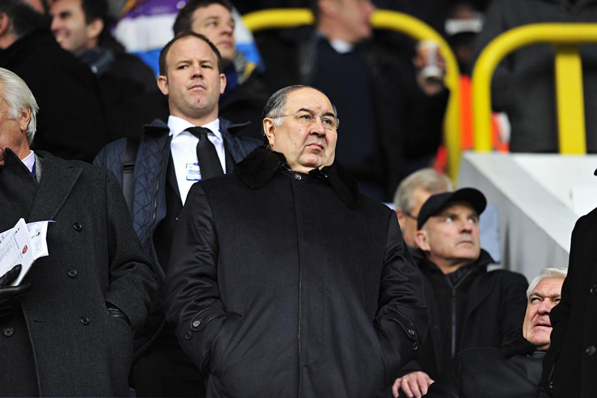 Alisher Usmanov menyaksikan pertandingan Liga Champions antara Arsenal dan Bayern Munich di London pada 19 Februari 2013.
