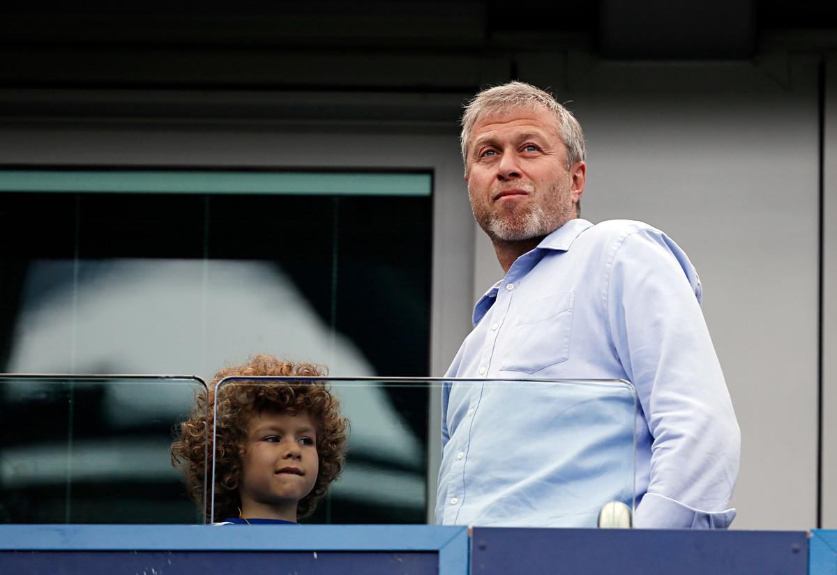 Pemilik Chelsea Roman Abramovich berdiri bersama putranya, Aaron Alexander, sebelum pertandingan sepakbola antara Chelsea dan Sunderland di London pada 24 Mei 2015.
