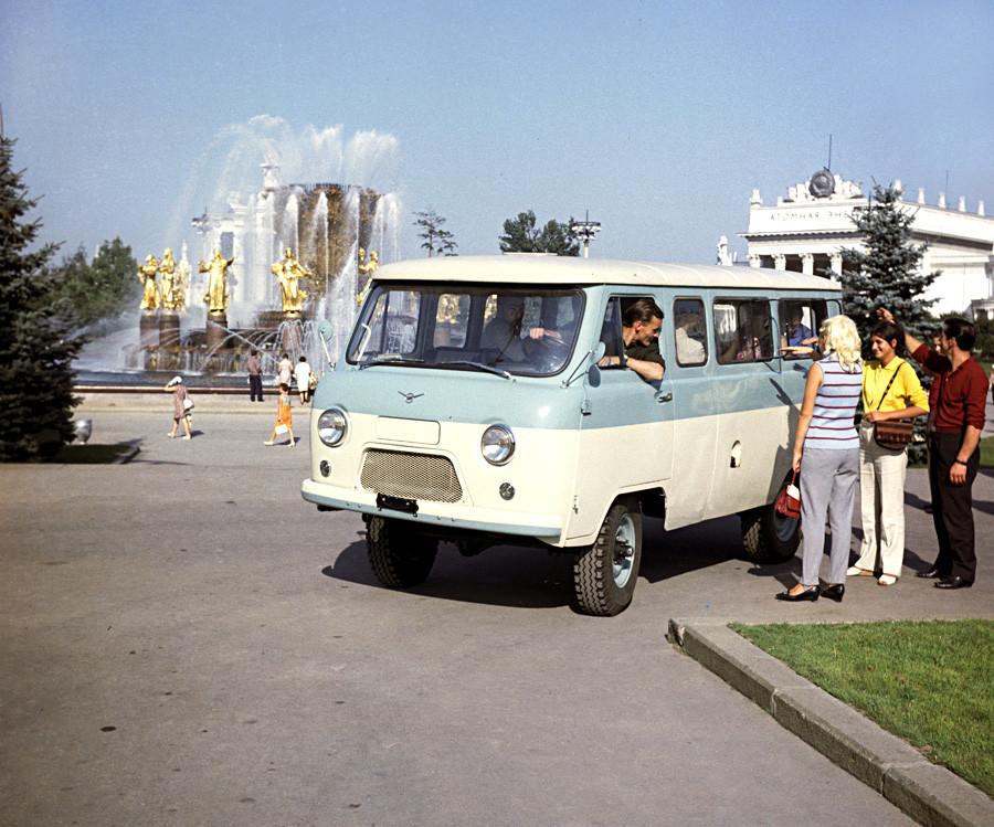 Советский УАЗ-452 производят с 1965 на Ульяновском Автомобильном заводе.