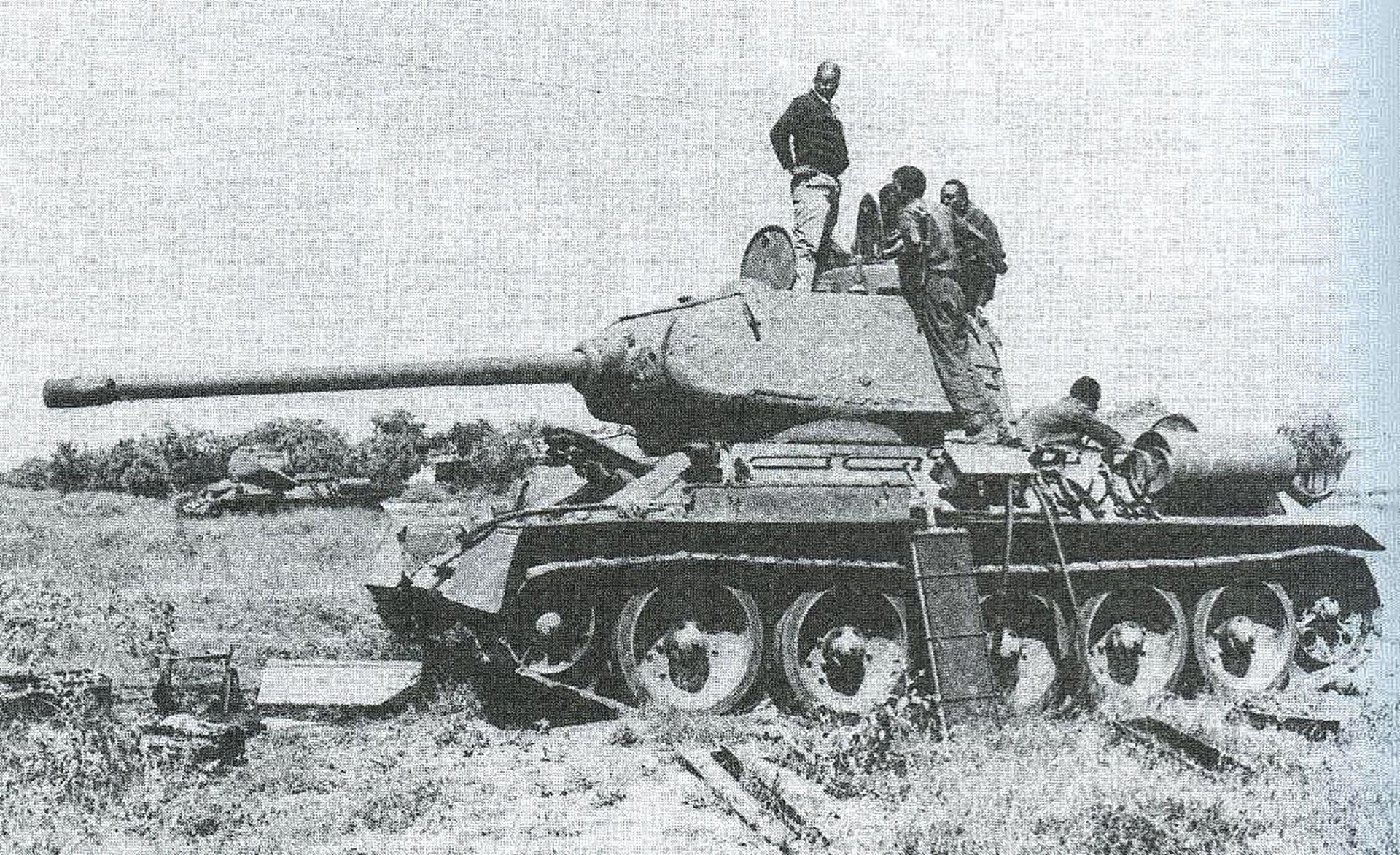 Oštećeni tenk T-34 somalijske vojske na popravku.