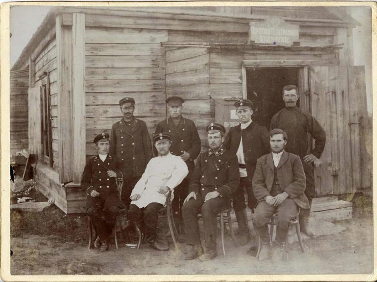 Década de 1900. Carteiros posam para foto na frente de agência dos Correios