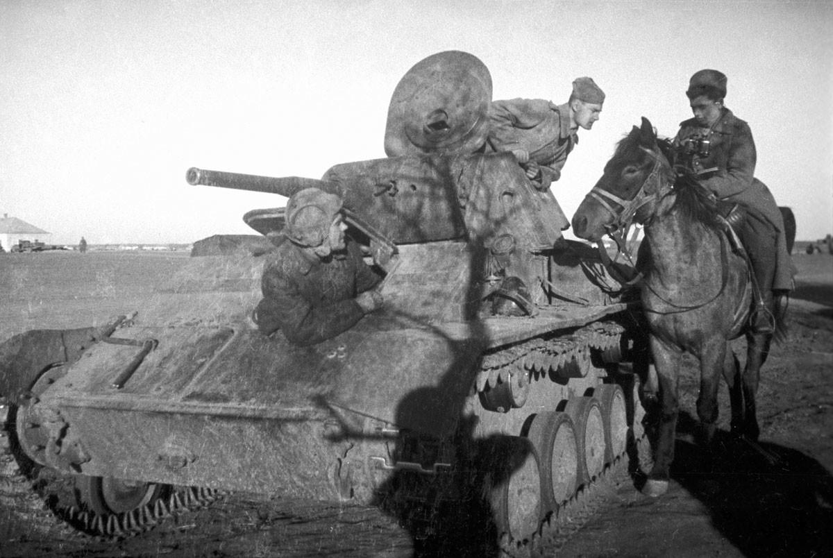1943. Petroleiro do Exército Vermelho perguntando a um carteiro se há correspondência para ele