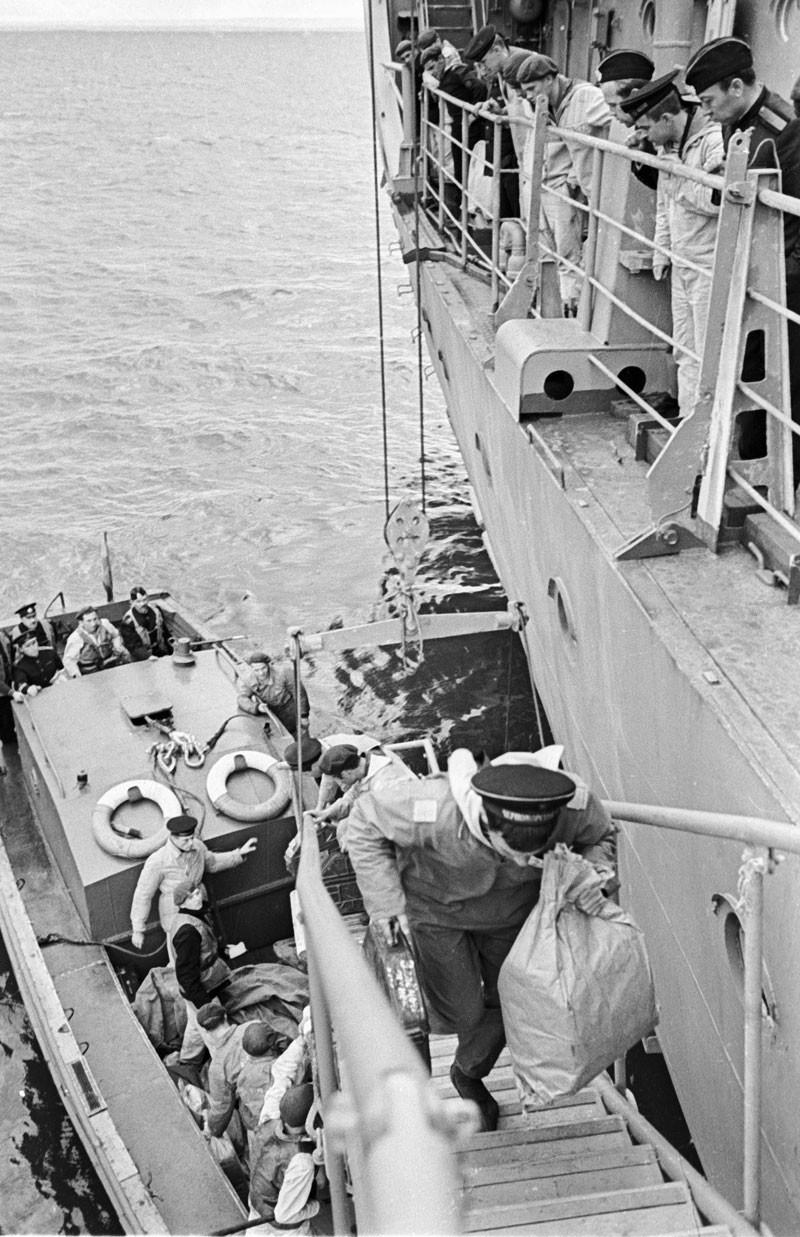 1969. Carteiro entregando correspondência em navio militar soviético