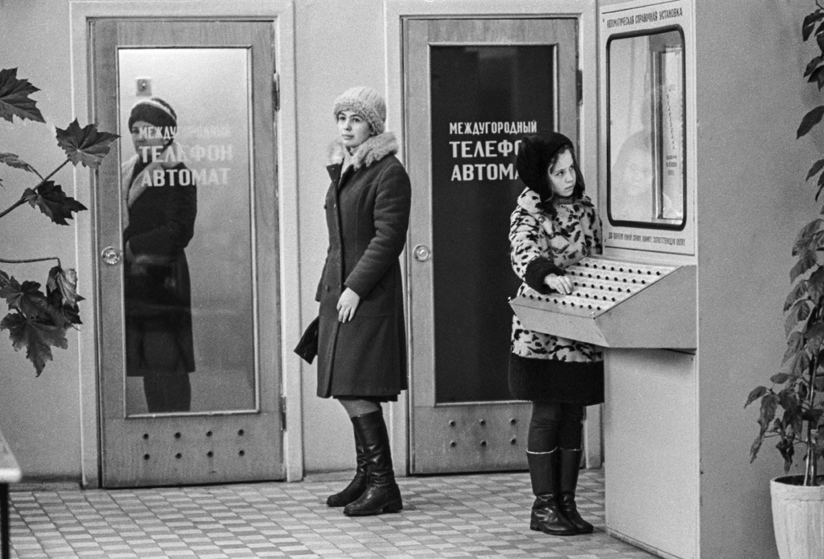 1977. Balcão de informações dos Correios no hall de entrada de um prédio de apartamentos residenciais em Moscou