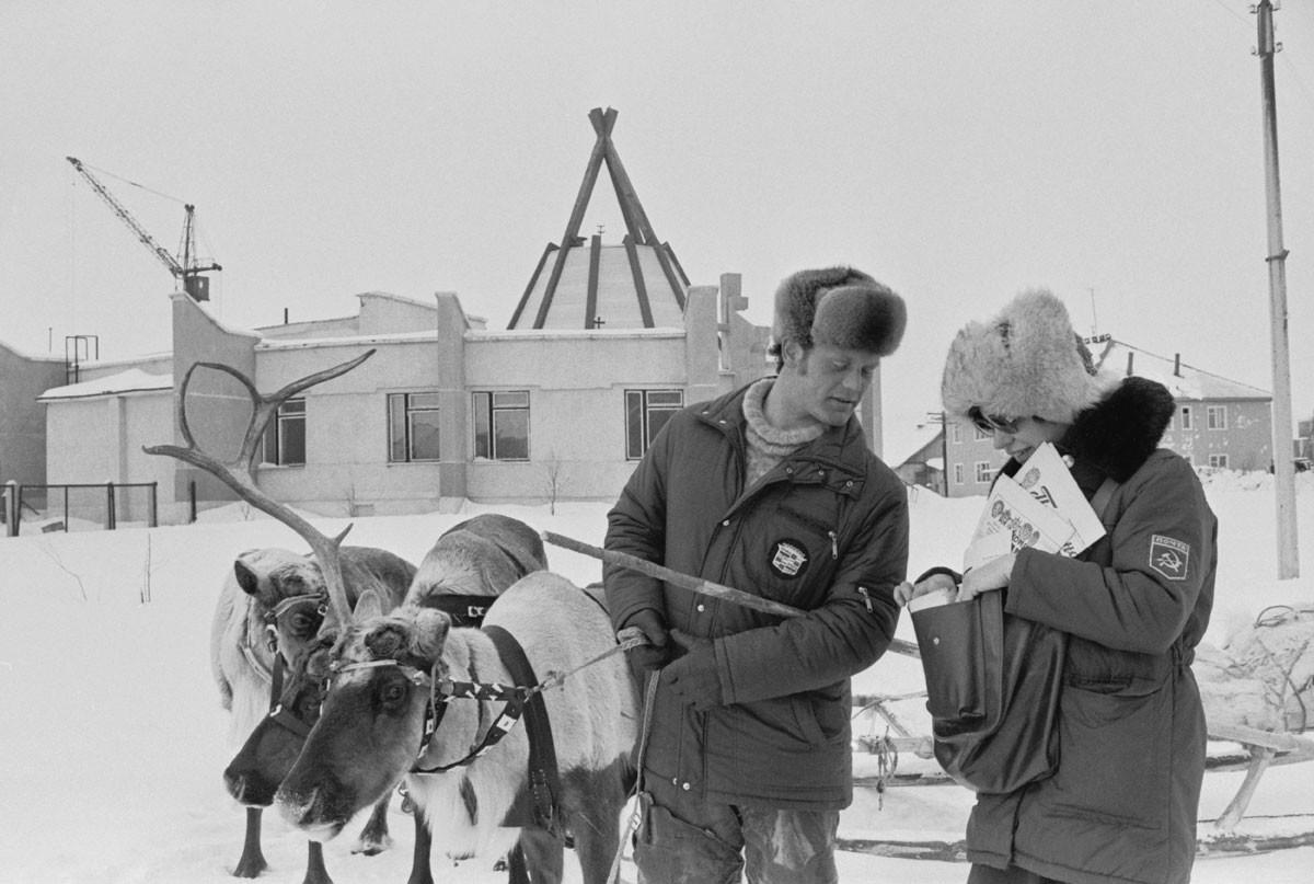 1987. Carteira Irina Volkova entregando correspondência ao criador de renas Iúri Filippov em Lovozero, na região de Murmansk (1845 km ao norte de Moscou)
