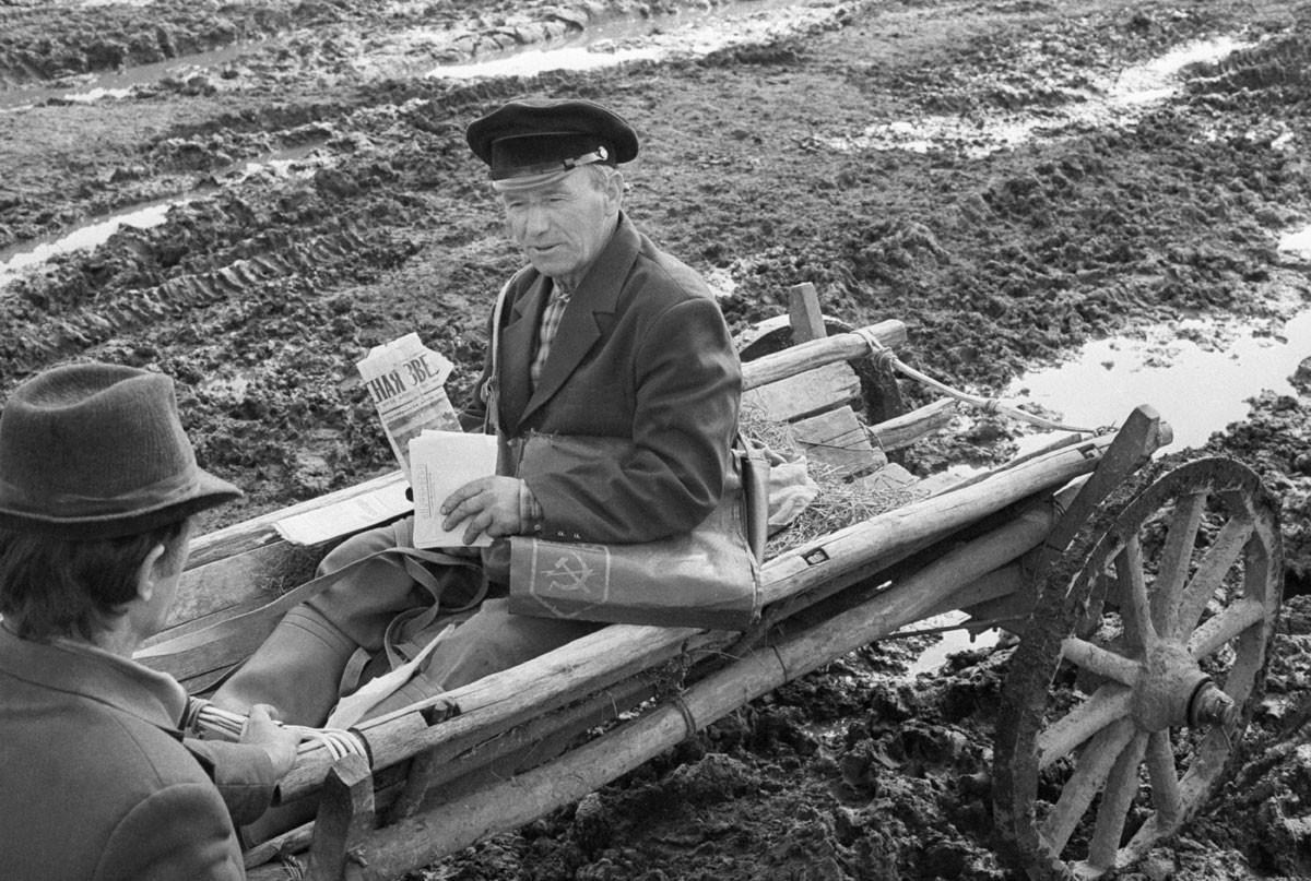 1987. Vschij, na região de Briansk (450 km a sudoeste de Moscou). Funcionário dos Correios Ivan Frolenkov em serviço em meio à lama