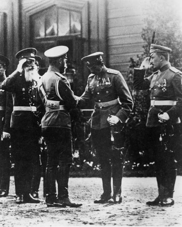 Сapitán Serguéi Ulianin se presenta a Nicolás II, 1913.