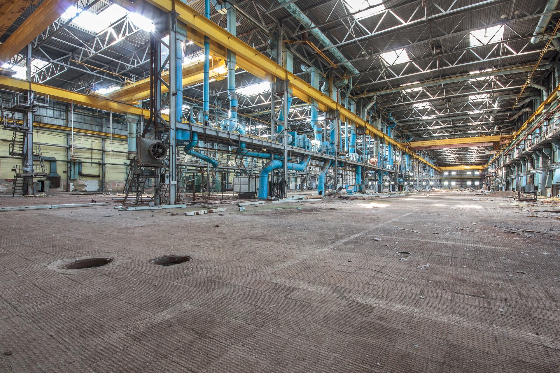 Hangars vides dans une usine de fabrication de machines.