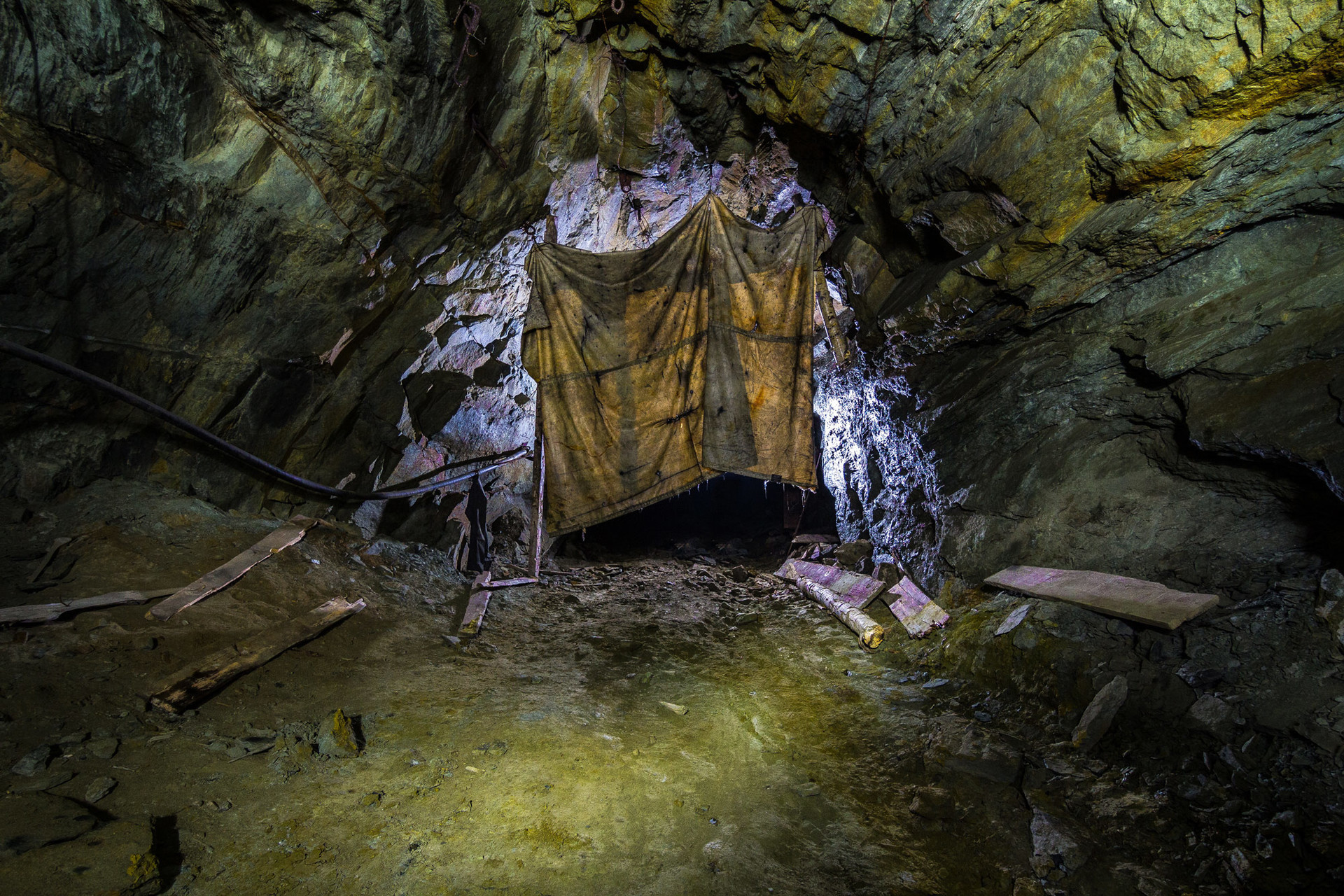 Mine de cuivre inondée (1 km de profondeur) dans l'Oural.
