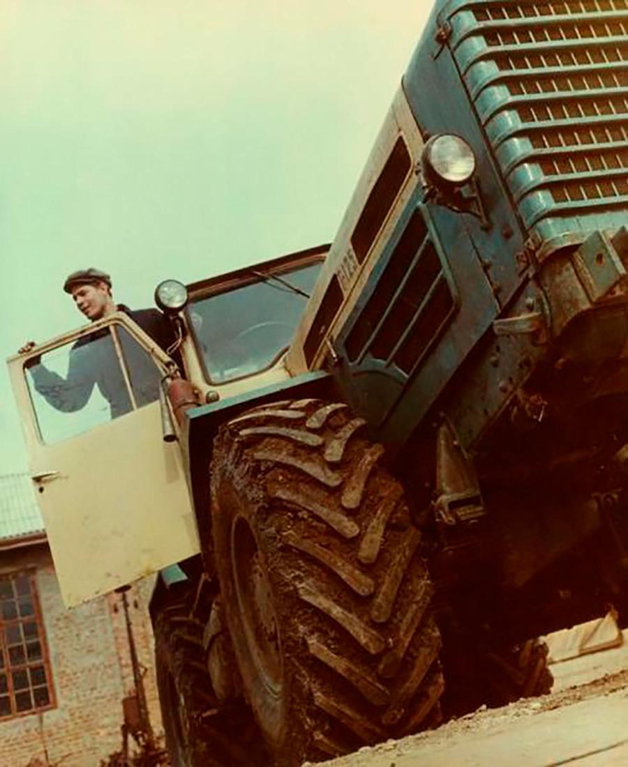 トラクターの運転士たちはソ連で非常に尊重されていた。ソ連、1967年。