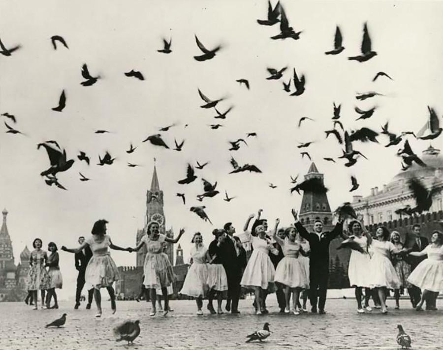 赤の広場でのモスクワの学校の卒業者たち。1962年。