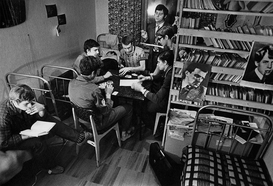 モスクワ国立大学の学生寮にて。1963–1964年。