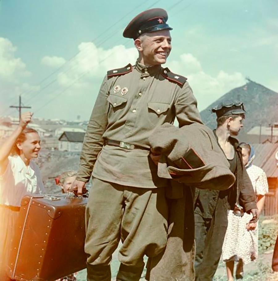 兵卒のニコライ・モルチャノフ。1956年。「故郷への帰り」シリーズより。