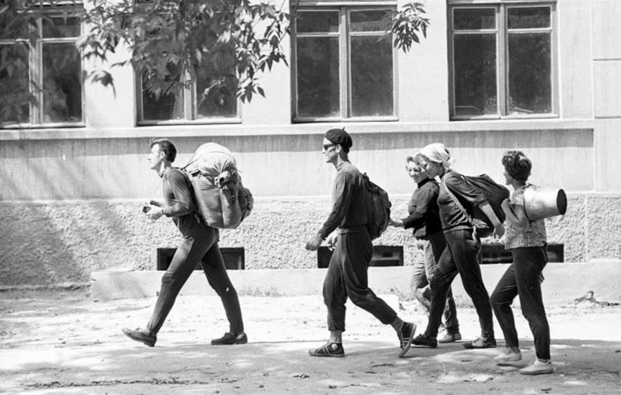 観光客。1964年。縫製工場「コムソモールの40周年」。