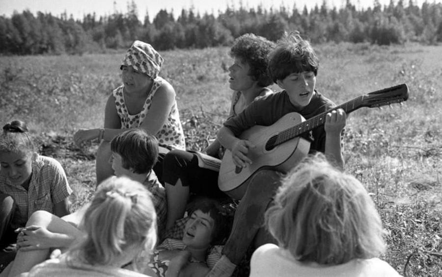 芝生に座っているモスクワ国立大学の学生の建設組。1967年。「ソロヴェツキー諸島での学生の建設組」シリーズより。