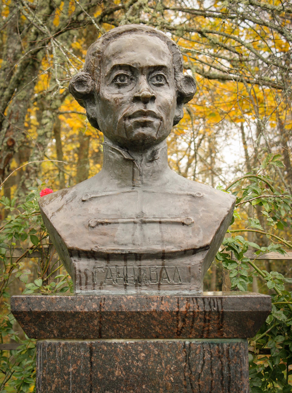 Monumento a Abram Gannibal na aldeia de Petrovskoie, região de Pskov, Rússia.