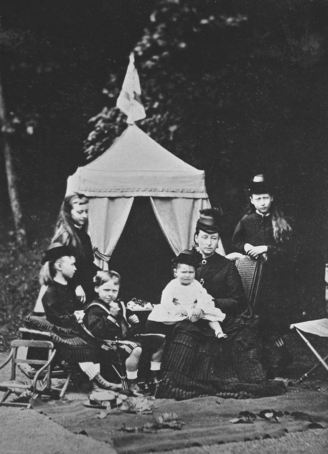 Alice de Hesse nos braços de sua mãe, a princesa Alice do Reino Unido, em 1873