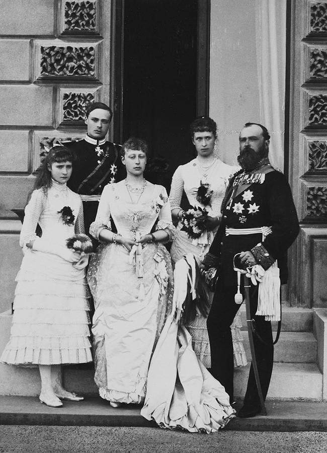 Luís 4º, grão-duque de Hesse, com as suas filhas e o príncipe Luís de Battenberg. Alice de Hesse está de pé à esquerda