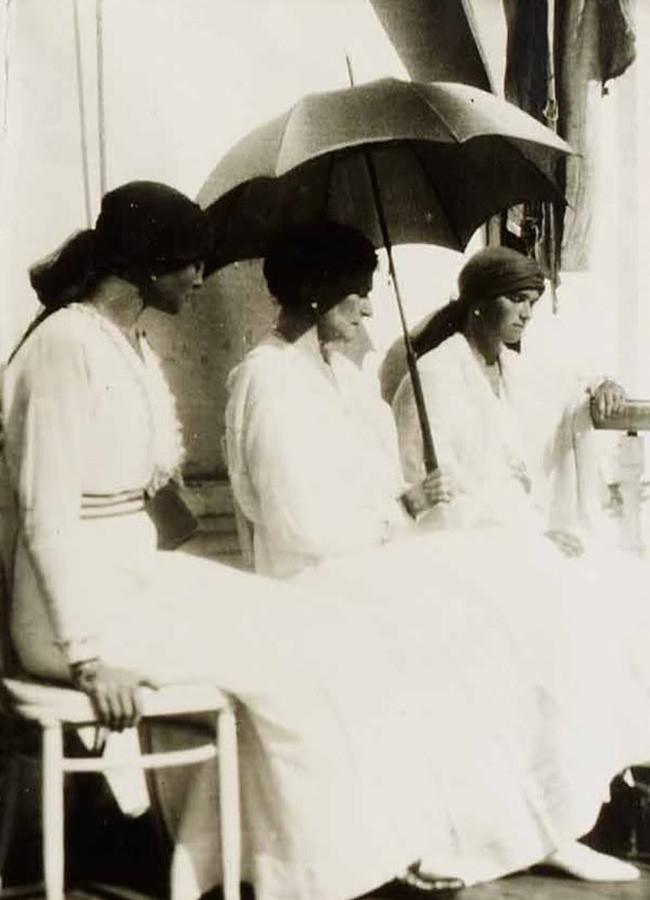 Última fotografia tirada da imperatriz Aleksandra Feodorovna na companhia de suas filhas Olga (à dir.) e Tatiana (à esq.), em Tobolsk, Sibéria, 1918