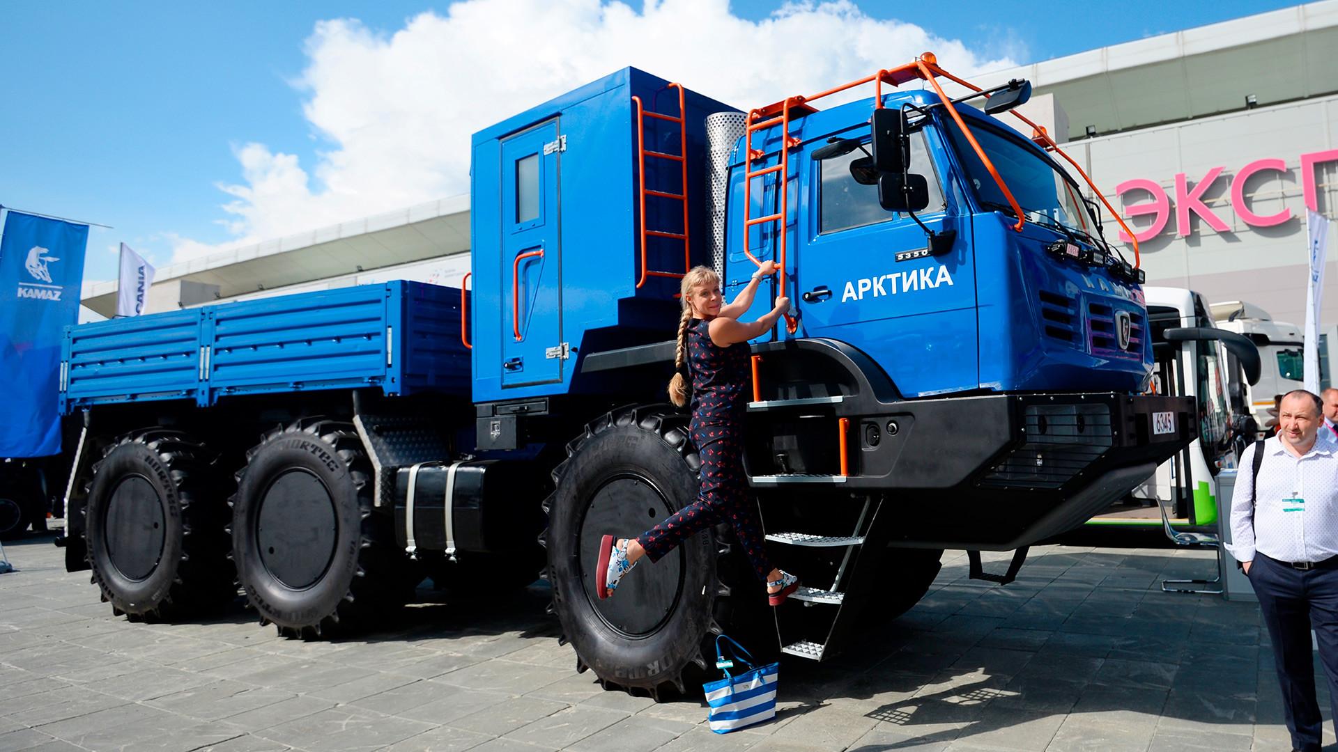 国際展示場「エカテリンブルグ・エキスポ」での、低気圧のタイヤを持つカマズ・アルクティカ。第9回の産業総合博覧会「イノプロム2018」にて。