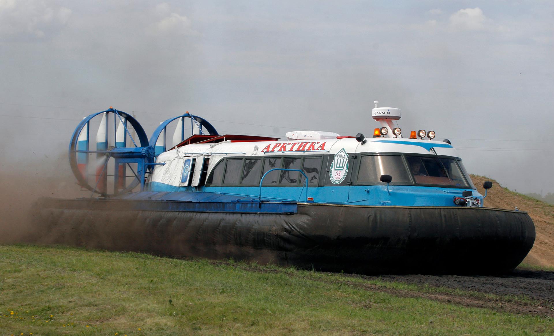 第8回の陸軍用の乗り物、技術、兵器の国際展覧会「VTTV Omsk-2009」で展示されたアルクティカ・ホバークラフト。