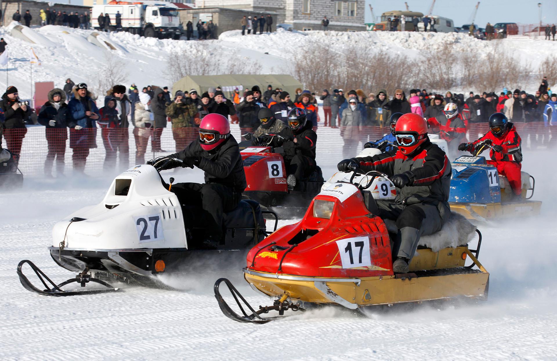 ナリヤン・マルのスポーツ祭「ブラン・デイ2012」にて。「ブラン」でのレースの参加者。