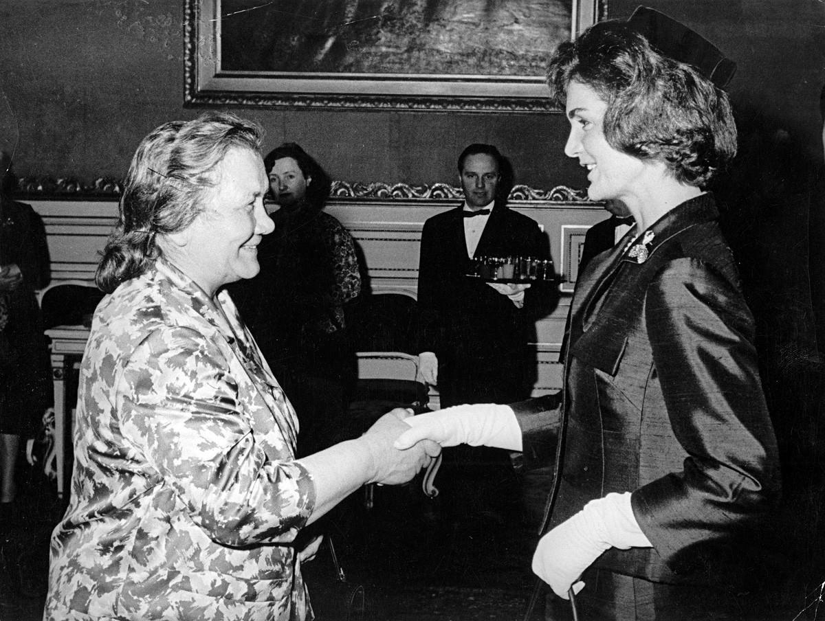 Nina Kuharčuk pri srečanju z Jackie Kennedy