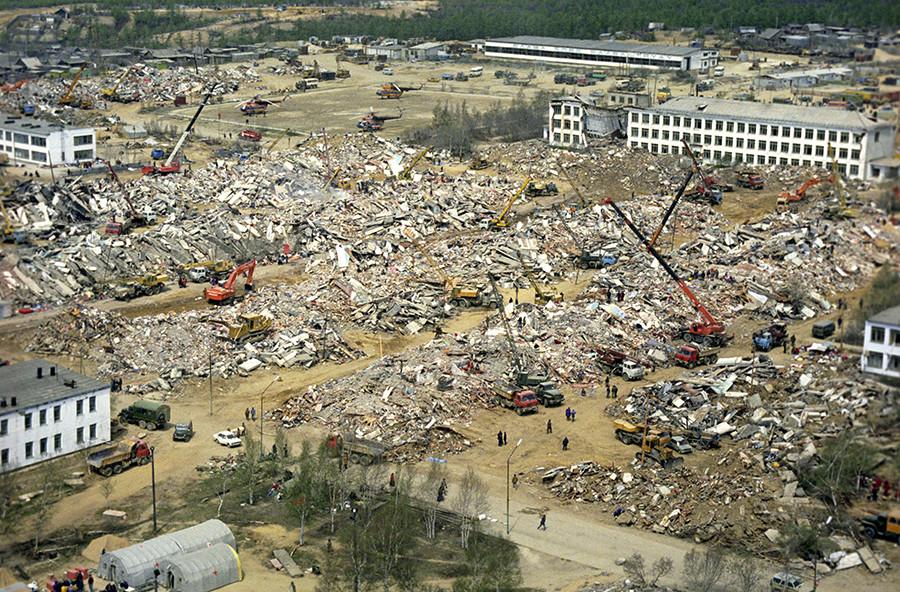 Нефтегорск е напълно унищожен от земетресението в Сахалин, 27 май 1995 година
