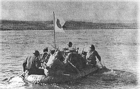 Soldados japoneses cruzan el Jaljin-Gol.