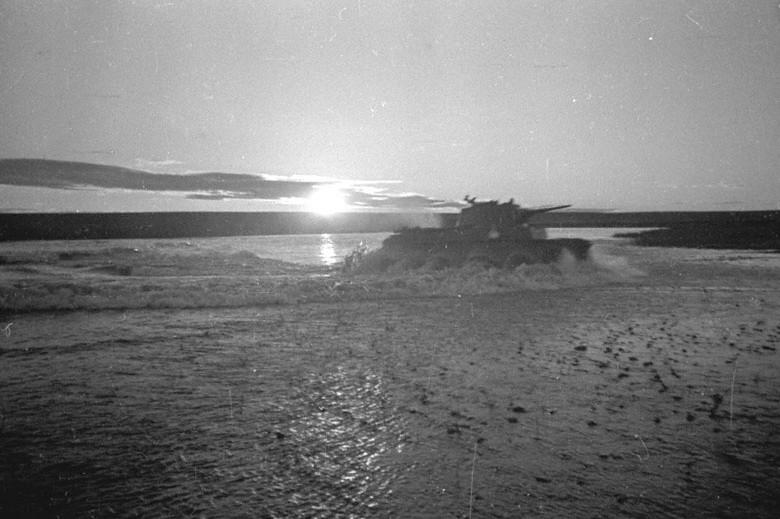 Tanques soviéticos cruzan Jaljin-Gol.
