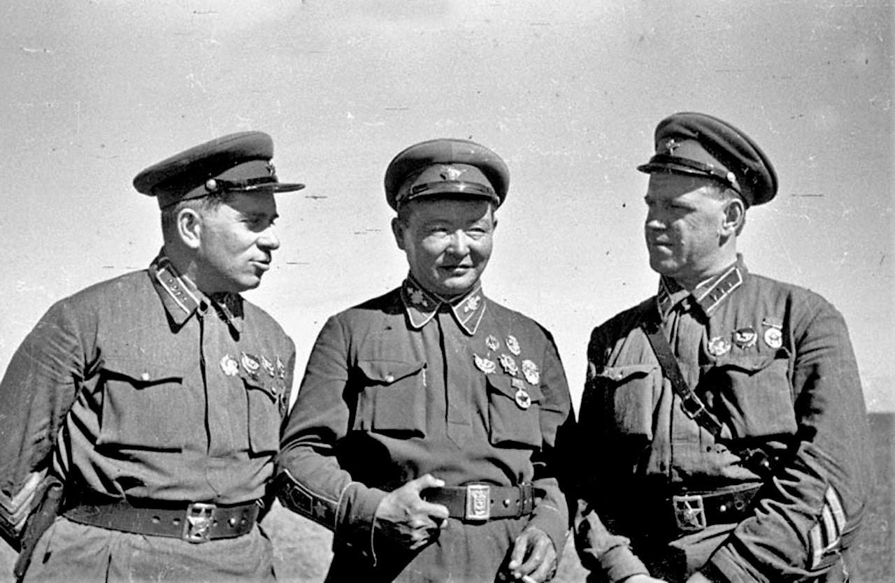 El comandante G. Stern, el mariscal de la República Popular de Mongolia Horloogiyn Choybalsan y el comandadnte Gueorgui Zhúkov en Jaljin-Gol, 1939.